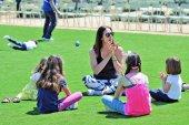 Йога для детей в парке Центра культуры Фонда Ставроса Ниархоса в Афинах