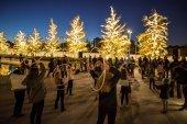 Световое шоу с обручами Hula hoop в афинском Центре культуры Фонда Ставроса Ниархоса